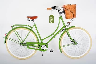 Hollandrad in grün mit Ledersattel in braun, Weidenkorb und hellen Reifen von Schwalbe.