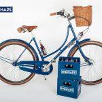 blaues Damenrad mit Bionade Logo und einem blauen Kasten Bionade im vorderem teil des Bildes
