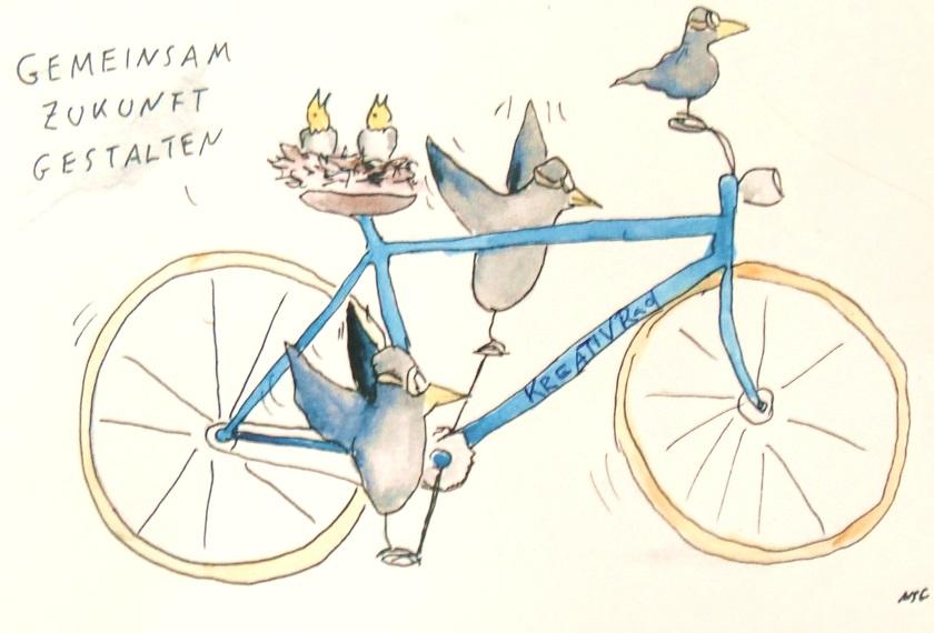 """Eine Grafik von einem blauen Kreativrad auf dem sattel liegt ein Vogelnest -das Fahrrad wird von drei Vögeln gefahren zwei auf den Pedalen und einer lenkt auf dem oberen linken Rand der Postkarte steht """"gemeinsam zukunft gestalten"""""""