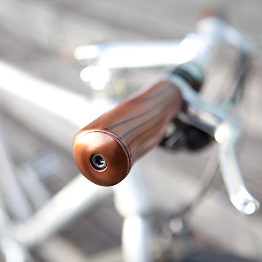 Fahrrad Holzgriff- im Hintergund silbernes Fahrrad