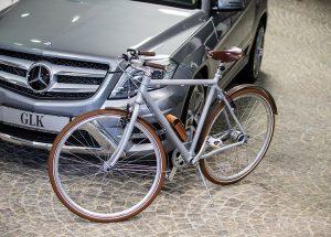 Silbernes Herren-Fahrrad mit Holzschutzblechen. Ledergriffen und Ledersattel von brooks England .