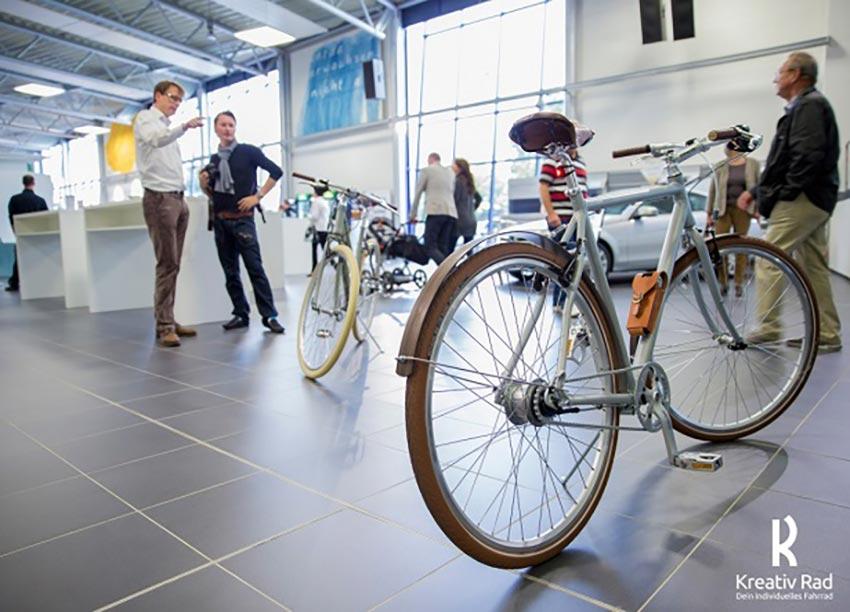 Fahrrad mit Holzschutzblechen in silber. Mit Brooks-Sattel und hochwertiger Ausstattung.