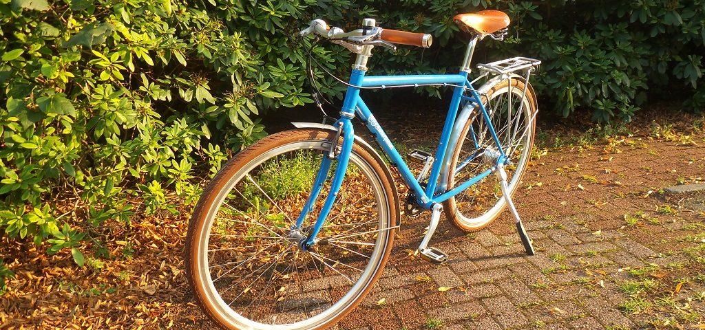 himmelblaues Fahrrad mit Aufschrift Hacker-Pschorr, braune Reifen, brauner Ledersattel und braune Ledergriffe