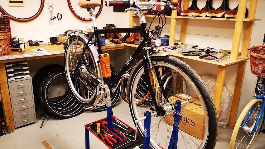 Stahrahmen Fahrrad in schwarz mit braunem Brave Soft Touch Sattel und Marathon Plus Bereifung