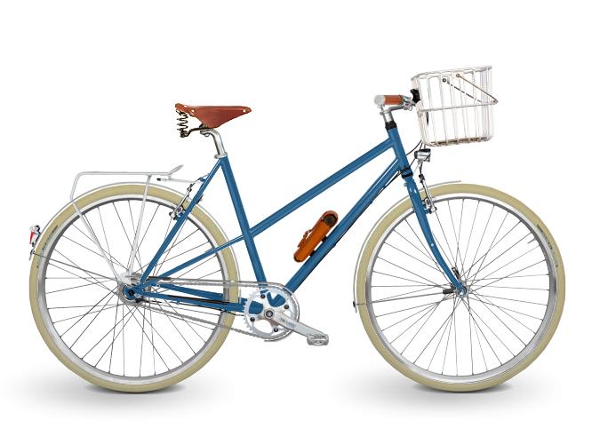 Trekkingrad Damen in blau. Die Basis legt ein hochwertiger Stahlrahmen. Ausgestattet mit Brooks Flyer Sattel in honig, Brooks Griffen Slender in honig, einem TRELOCK Manufakturschloss in hellbraun und brauen Schwalbe Road Cruisern. Angetrieben wird das Trekkingrad von einer SHIMANO Nexus 8-Gang Premium Nabenschaltung.