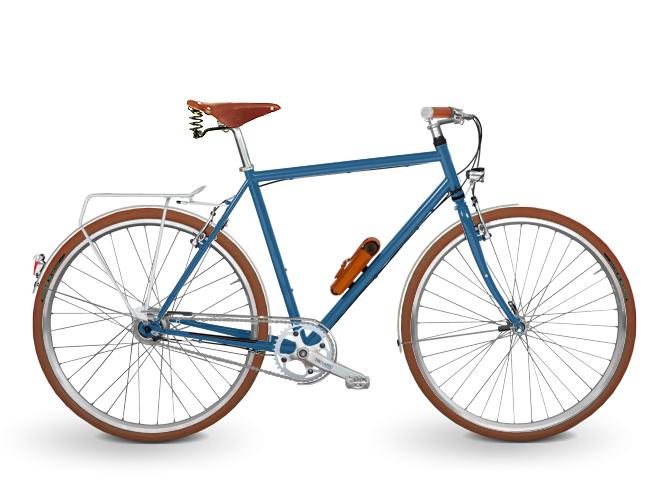 Trekkingrad Herren in blau. Ausgestattet mit Brooks Flyer Sattel in honig, Brooks Griffen Slender in honig, einem TRELOCK Manufakturschloss in hellbraun und brauen Schwalbe Road Cruisern. Angetrieben wird das Trekkingrad von einer SHIMANO Nexus 8-Gang Premium Nabenschaltung.