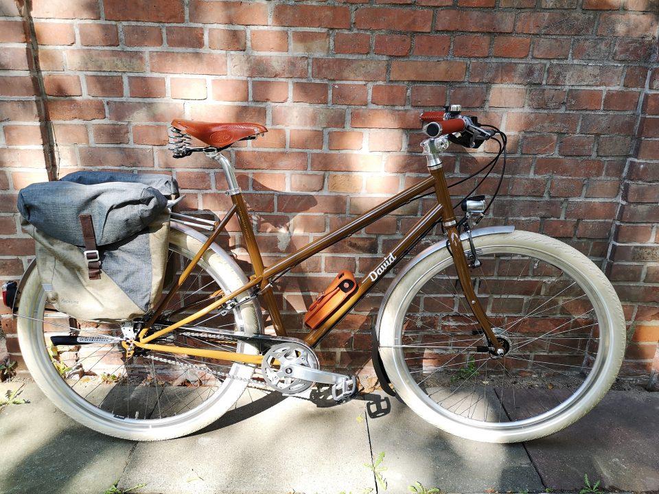 Reiserad in rehbraun mit Brooks Ledersattel und hellen Fahrradreifen von Schwalbe
