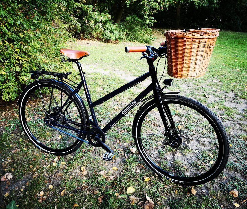 Schwarzes Trekkingbike mit Cates Carbon Drive Zahnriemen.