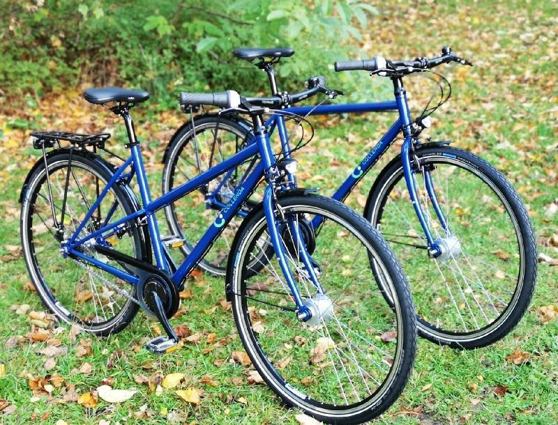 Dienstrad der Firma Collenda GmbH in ultramarienblau. Hochwertig ausgestattetes Trekkingrad zum Einsatz in der Firma geeignet.