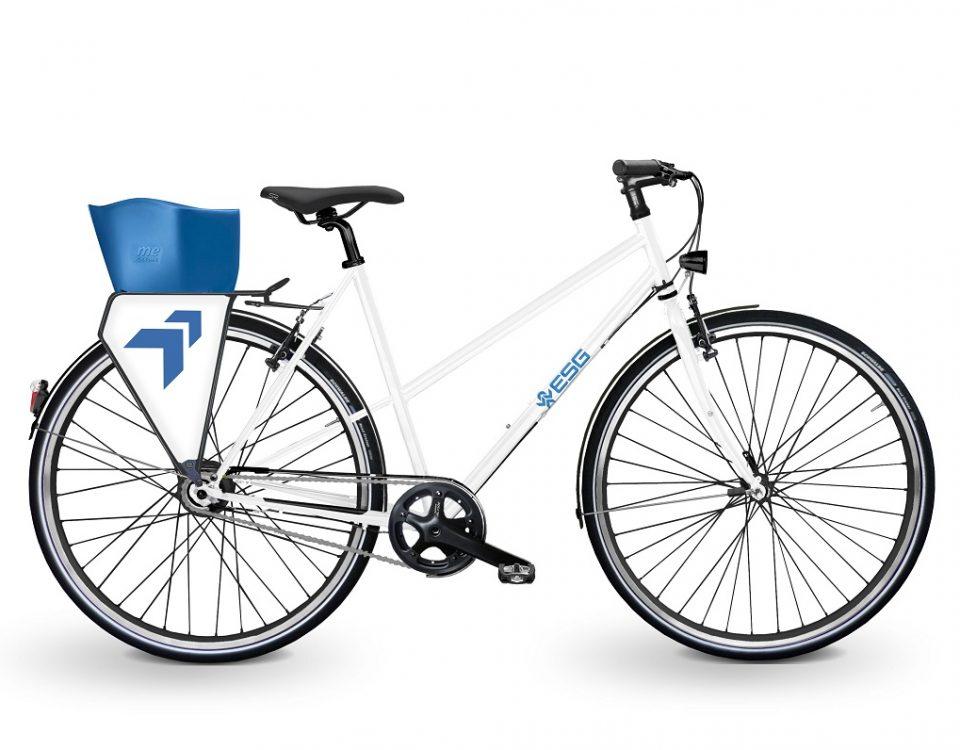 Trekkingbike mit Stahlrahmen in weiß. Firmenfahrrad im Corporate Design der Firma ESG. Mit Firmenschild im Gepäckträger, Logo auf dem Rahmen und Korb in Firmenfarbe. Hochwertiges Trekkingbike mit Schwalbe Bereifung, Nexus 8-Gang Premium und Lichtanlage von Busch und Müller.