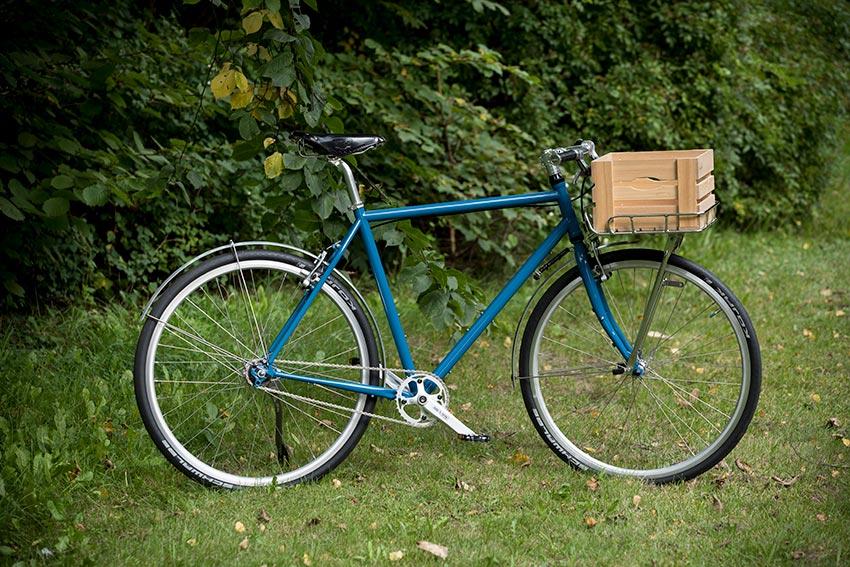 Fahrrad-Stahlrahmen in Capriblau aus 25CrMo4 oder CrMo (Chrom-Molybdän-Stahl) gefertigt.